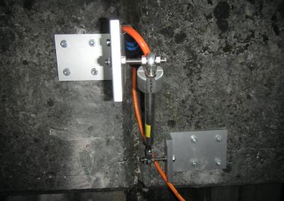 Mit der entsprechenden Halterung sind mehrdimensionale Messungen mit einem Telejointmeter möglich. Insbesondere für Stützmauern ist dies nützlich.