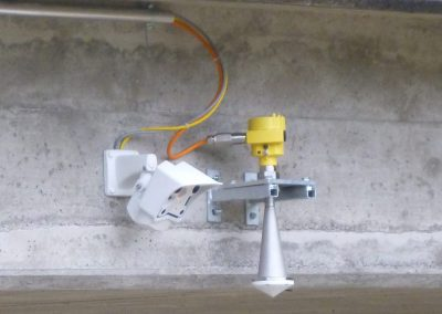 Das Pegelradar (gelb) misst die Distanz zur Wasseroberfläche. Die Webcam (weiss) liefert zusätzlich wertvolle Bilder.
