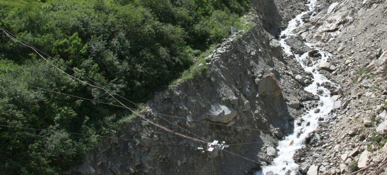 Zwei Profilscanner und eine Webcam sind über den Graben gespannt.