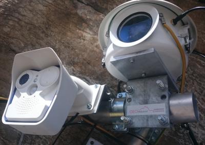Ansicht von zwei unterschiedlichen Webcams: standard Mobotix und hochauflösende Kamera im Gehäuse.