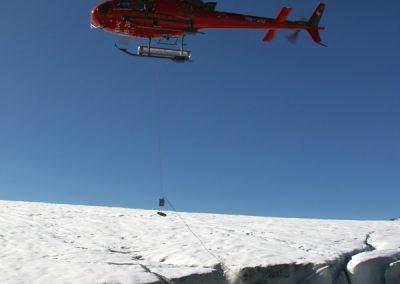 Setzen einer Drucksonde aus dem Helikopter in einen Gletschersee.