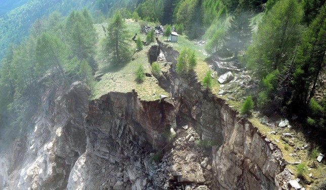 After the main rockfall: A part of the moving rock mass remained. Radar monitoring was therefore continued.