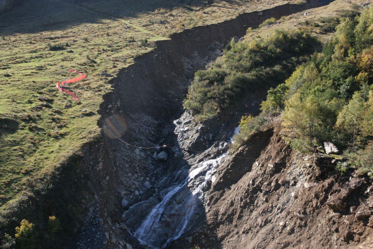 Der Graben ist mittlerweile etwa 50m breit und 30m tief.