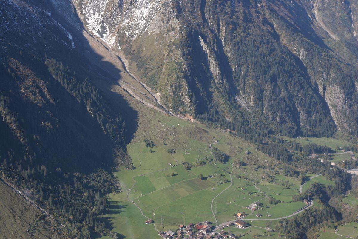 Der Spreitgraben aus der Luft gesehen. Unten das Dorf Guttannen.
