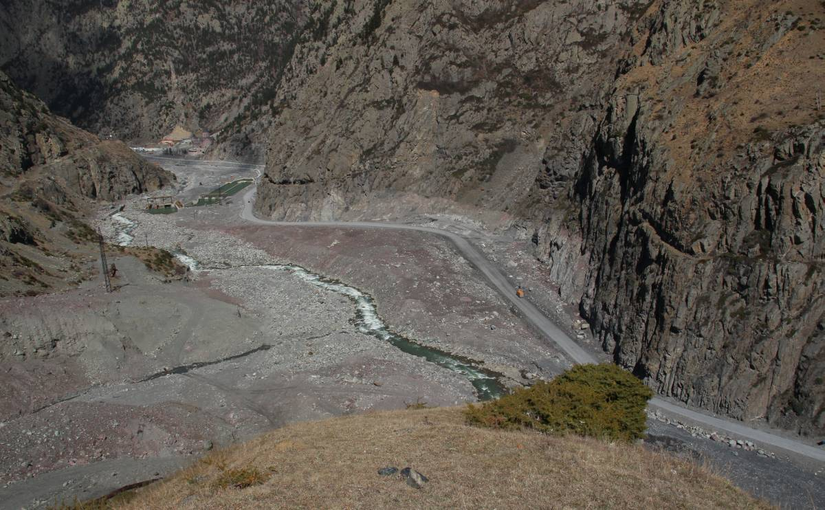 The large debris deposits from the last debris flows are still visible near the road and the power plant.