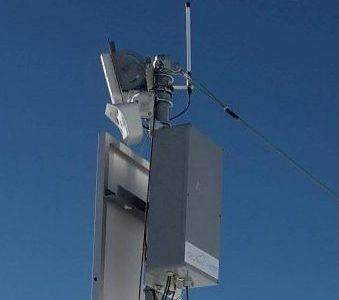 Autonomen Station auf ca. 2'400 m.ü.M. mit GPRS/UMTS-Antenne, Personenradar, Webcam, Wärmebildkamera, Datenauswertungseinheit, Stützbatterie und Solarpanel