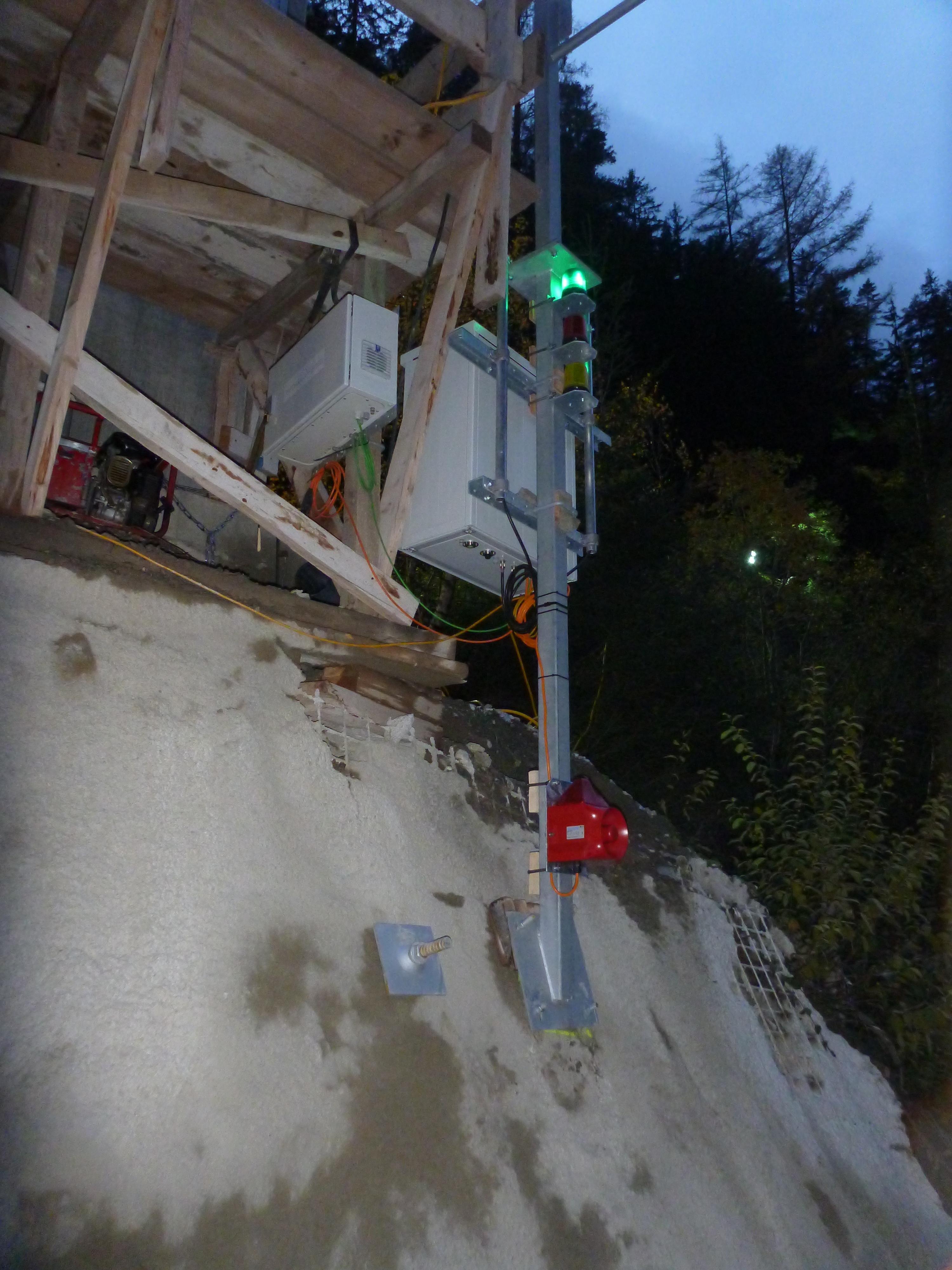 Auf der Baustelle empfängt die Basisstation alle Signale der Sensoren und die grüne Leuchte zeigt an, dass das System einwandfrei funktioniert. Im Alarmfall wird das darunter montierte Alarmhorn aktiviert, damit die Baustelle umgehend evakuiert werden kann.