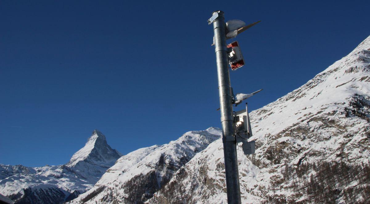 Die beiden Lawinenradar erkennen Lawinen zuverlässig und sperren die Zufahrtsstrasse nach Zermatt.