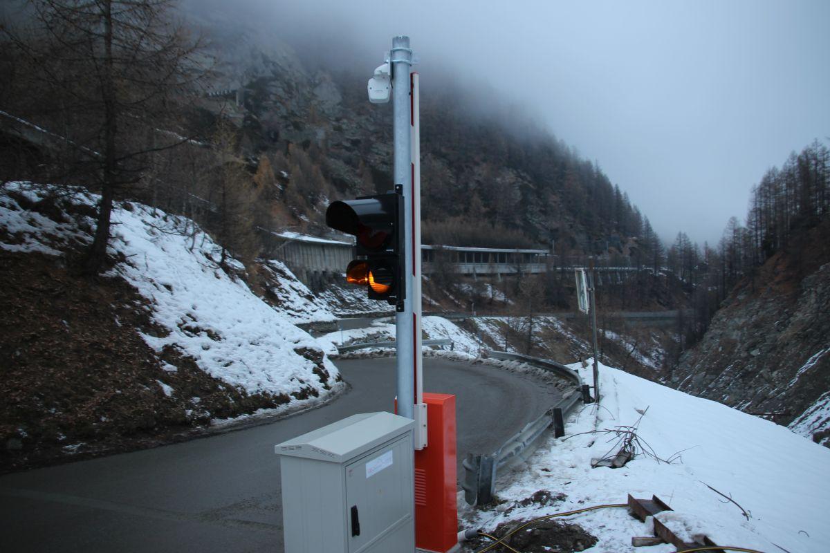 Vier Ampeln/Barrieren entlang der Strasse schliessen die Strasse automatisch und innert Sekunden, nachdem das Radar eine Lawine erkannt hat.