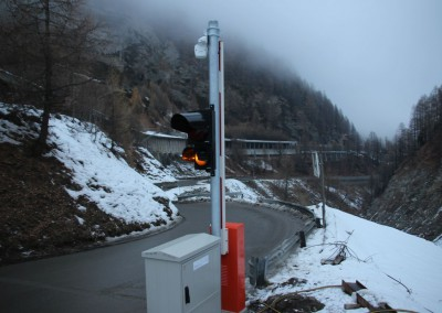 Four traffic lights and barriers automatically close the cantonal road within seconds of detecting avalanche activity.