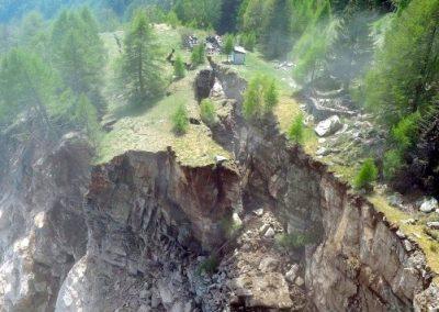 Nach dem Absturz: Ein Teil der sich bewegenden Felspartie blieb stehen und wurde weiter beobachtet.
