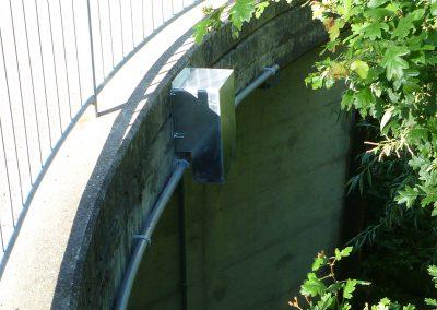 Der Pegelradar ist gut geschützt an der Brücke montiert.