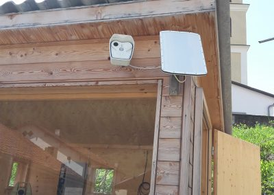 The rock fall radars are small, and can be conveniently mounted to the side of a house. A webcam next to it captures images of the area monitored by the radar.