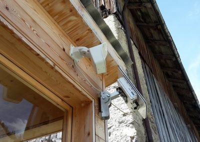 Ansicht des Steinschlag-Radars von der Seite. Daneben ist die Webcam ersichtlich.