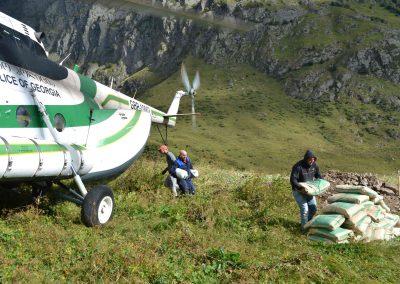 ...in einem georgischen Polizeihelikopter MI-8.