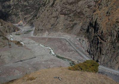 Los grandes depósitos de desechos desde los últimos aluviones aún están visibles cerca de la carretera y de la planta eléctrica.