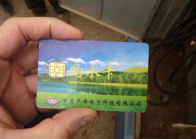 Jeder Bauer besitzt eine Chipkarte. Mit dieser kann er Grundwasser beziehen und bezahlen.