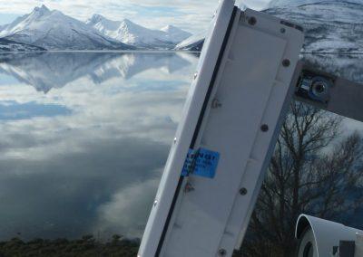 Die Station mit dem Fjord im Hintergrund: Zusätzlich zum Radar, beobachtet eine PTZ-Kamera (Pan-Tilt-Zoom) den Berghang.