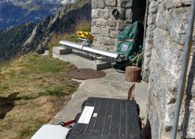 Sicht auf das interferometrische Georadar (gelb), die Kamera sowie die Stromversorgung mit Brennstoffzelle im Vordergrund.