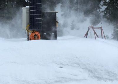 Tiefverschneite Station mit Solarzellen.