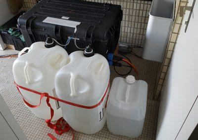 Überwachung am Pizzo-Cengalo: Die Brennstoffzelle mit zwei Kanistern ist im Innern der Hütte untergebracht.
