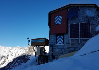 Die Überwachungsstation am Pizzo Cengalo erhält im Winter wenig Sonne. Ist keine Solarenergie vorhanden, springt die Brennstoffzelle an.