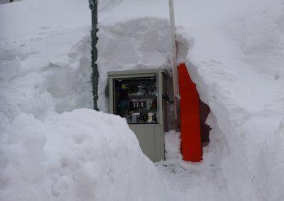 Januar 2018: Ausgeschaufelte Station mit Personenradar, Alarmhorn und Barriere in Zermatt.