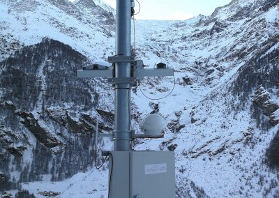 ...another camera has been installed at the bottom of the valley to observe the entire steep part of the Bis glacier.