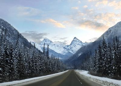 Der Trans-Canada Highway führt durch den Glacier National Park, eine der schneereichsten Gegenden der Welt.
