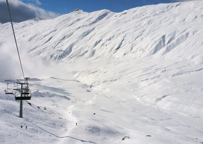 The ridge avalanche covers a 4 km wide starting zone.