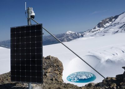 """PTZ-Kamera-Station auf dem Bergrücken mit der Gletschermühle """"Moulin"""" im Hintergrund."""