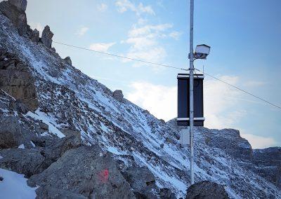 """Die PRO Cam überwacht den obersten Teil des Gebiets """"bim spitze Stei"""" oberhalb des Oeschinensees im Berner Oberland. Links im Bild am Horizont der Pfeiler des Spitzen Steins. Ein Teil davon ist im Dezember 2019 abgebrochen."""