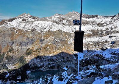 Die eine Webcam wurde direkt in der Flanke des Spitzen Steins installiert. Sie wird autark mit einer Solarzelle betrieben. Ebenfalls zu sehen im Bild ist der Oeschinensee.