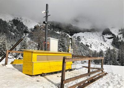 Das Radar wird gegen Wind und Wetter mittels einer Holzkonstruktion geschützt.